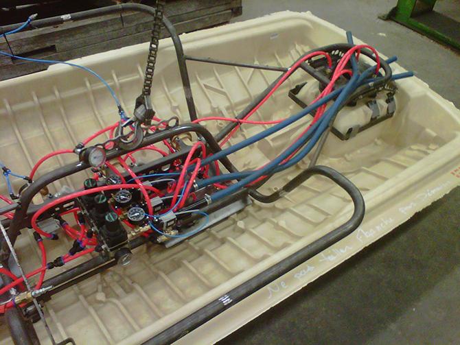 Manipulateur pneumatique de coque de motomarine
