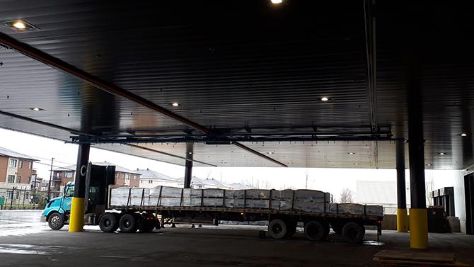 Pont roulant pour installation de toiles sur camion remorque