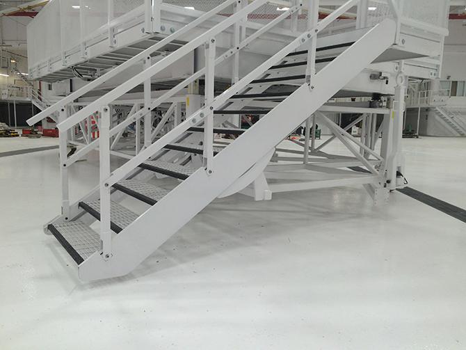 Plateforme élévatrice avec escalier auto-nivellant